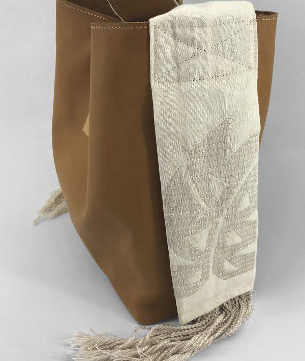 Mala totte em couro com alça em linho bordada a seda natural inspirada no bordado de Castelo Branco.